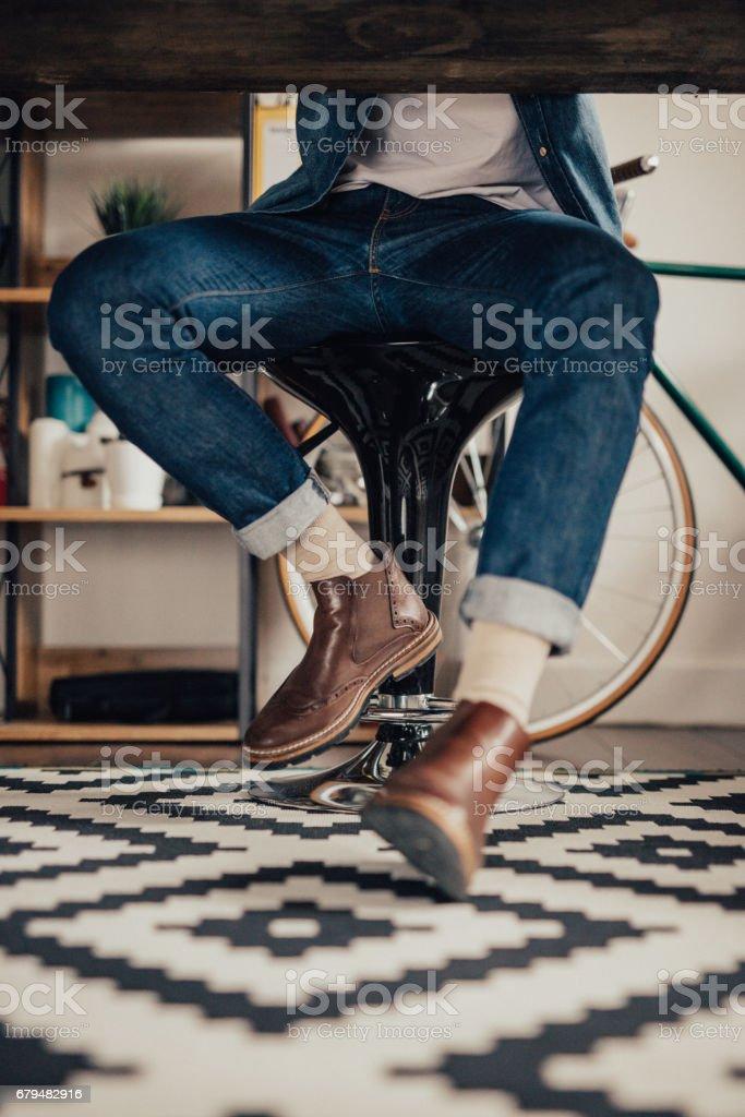 Beine unter dem Tisch – Foto