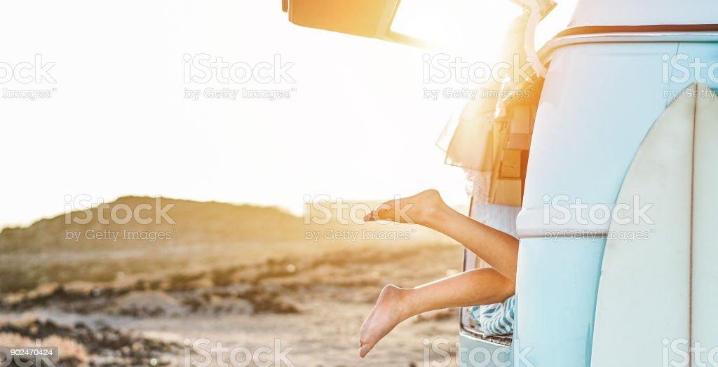 Beine Blick glücklich Surferin im Minivan bei Sonnenuntergang - junge Frau, die Spaß in den Sommerferien - Reisen, sport und Natur-Konzept - Fokus auf Füßen - Warm Kontrast filtern – Foto