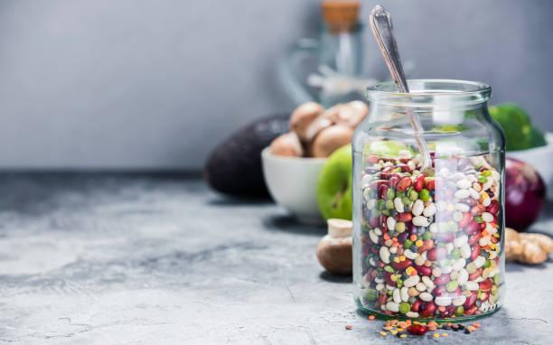 Legumbres - garbanzos lentejas habas de guisantes y verduras crudas - foto de stock