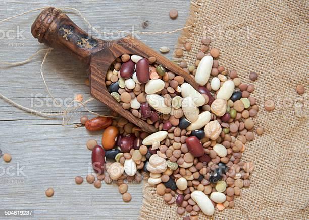 Leguminosas Mezclar De La Cuchara De Madera Foto de stock y más banco de imágenes de Grano - Planta