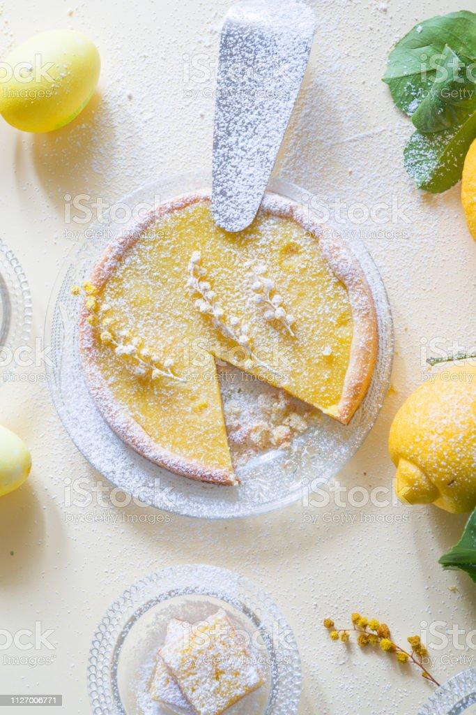 Lemon and mimosa curd tartelette - Foto stock royalty-free di Ambientazione interna