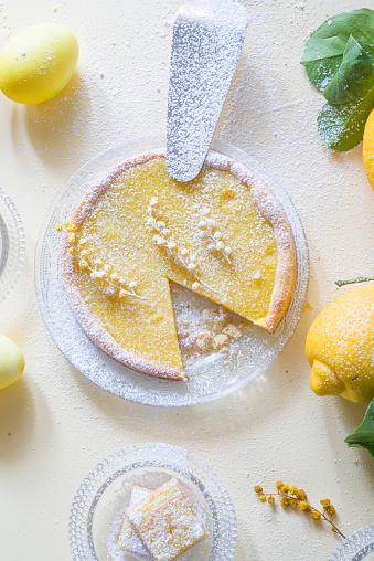 Lemon And Mimosa Curd Tartelette - Fotografie stock e altre immagini di Ambientazione interna
