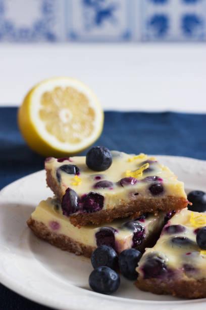 lemon bars shortbread teig jeans tabelle. - marinekuchen stock-fotos und bilder