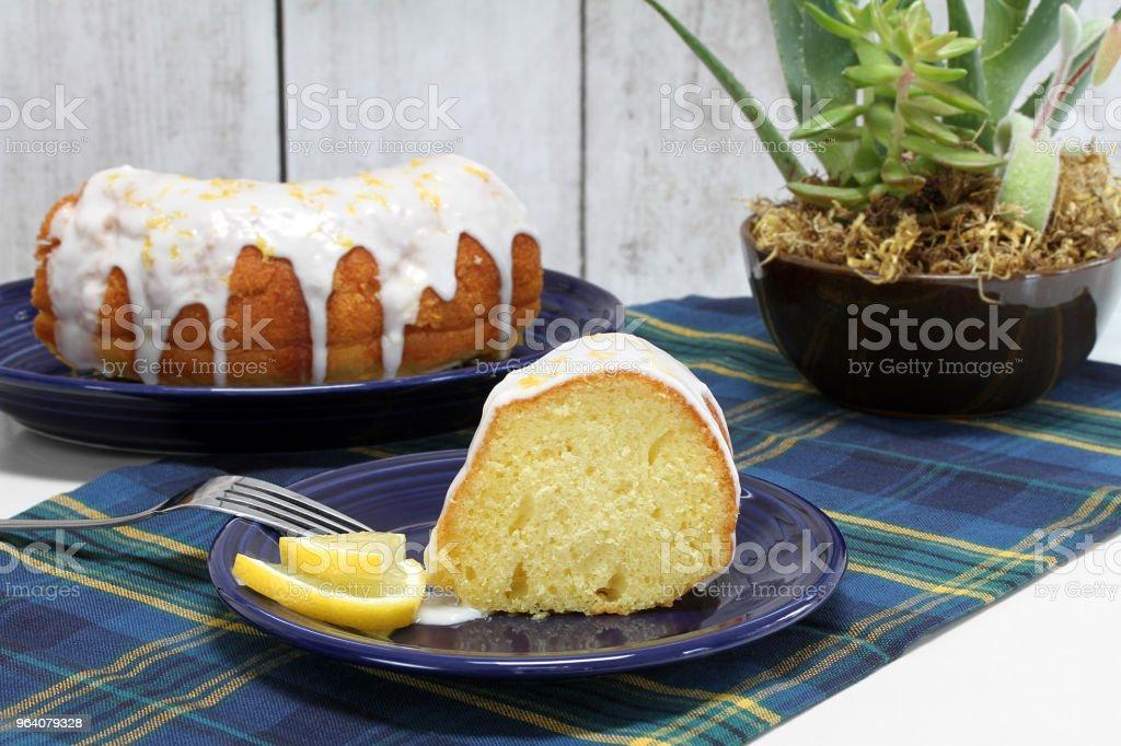 レモン ブント ・ パウンド ケーキ、スライスと全体。 - アイシングのロイヤリティフリーストックフォト