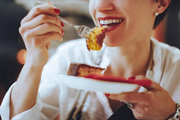 lemon cake - tasting stockfoto's en -beelden