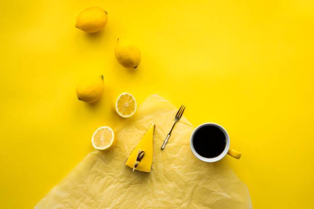 zitronen-käsekuchen und kaffee - zitronenspeise stock-fotos und bilder