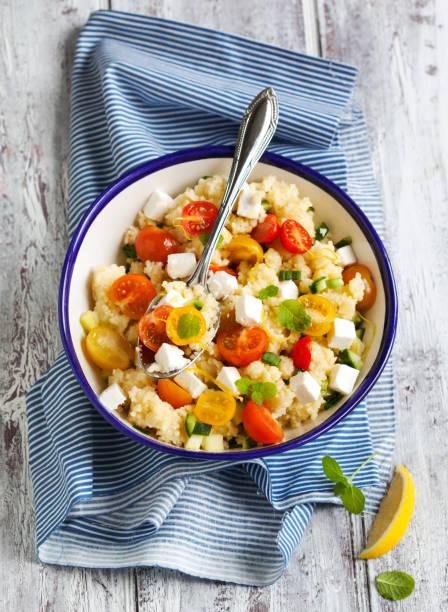 zitrone-couscous mit cherry-tomaten, minze und feta - couscous salat minze stock-fotos und bilder