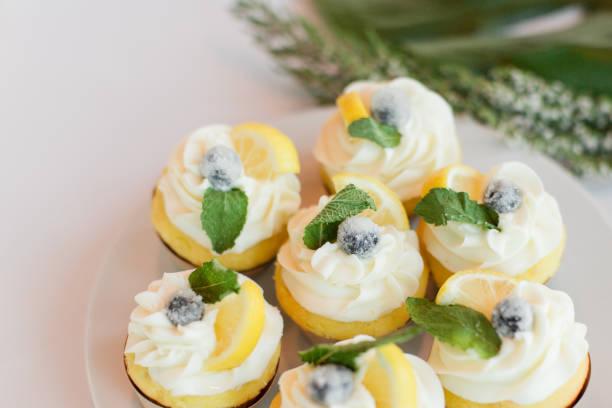 zitronen-cupcakes - hausgemachte hochzeitstorten stock-fotos und bilder