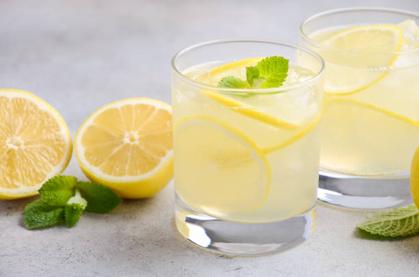 lemon drop cocktail - limonade stock-fotos und bilder