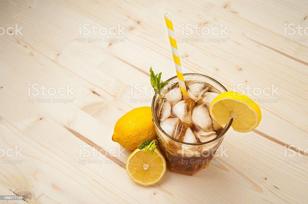 Chá gelado de limão em uma mesa de madeira foto royalty-free