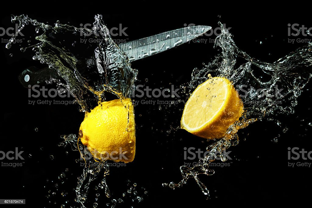 lemon in a spray of water photo libre de droits