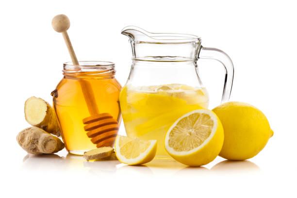 zitrone infundiert wasserkrug mit honig und ingwer - ingwerwasser zubereiten stock-fotos und bilder