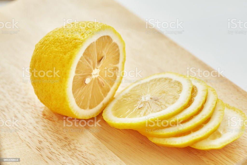 檸檬在切板上。 - 免版稅一片圖庫照片