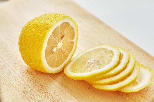 檸檬在切板上 照片檔及更多 一片 照片