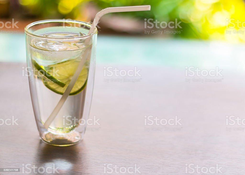 Jugo de limón sobre de madera, acercamiento foto de stock libre de derechos