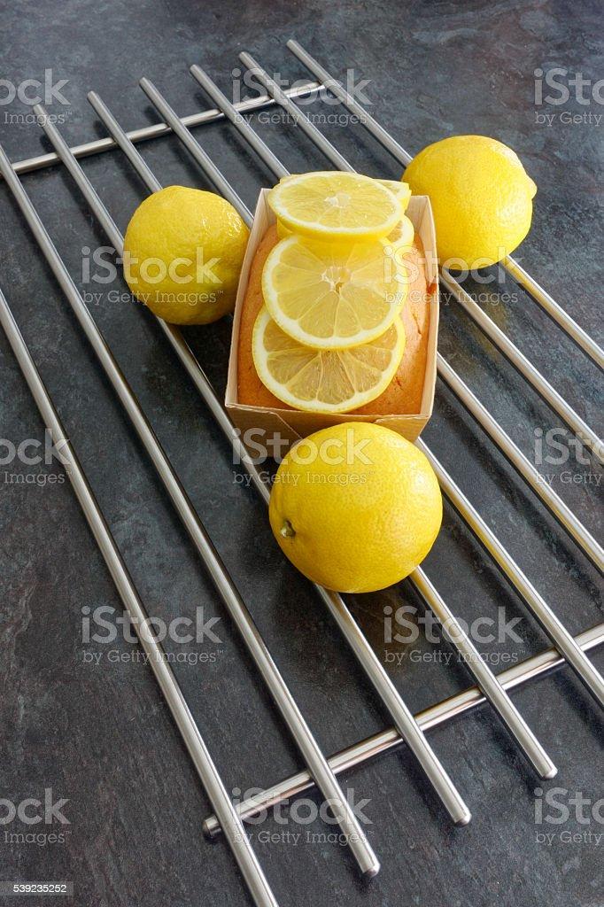 Pastel de limón, pan en papel marrón forma decoradas con porciones de limón foto de stock libre de derechos