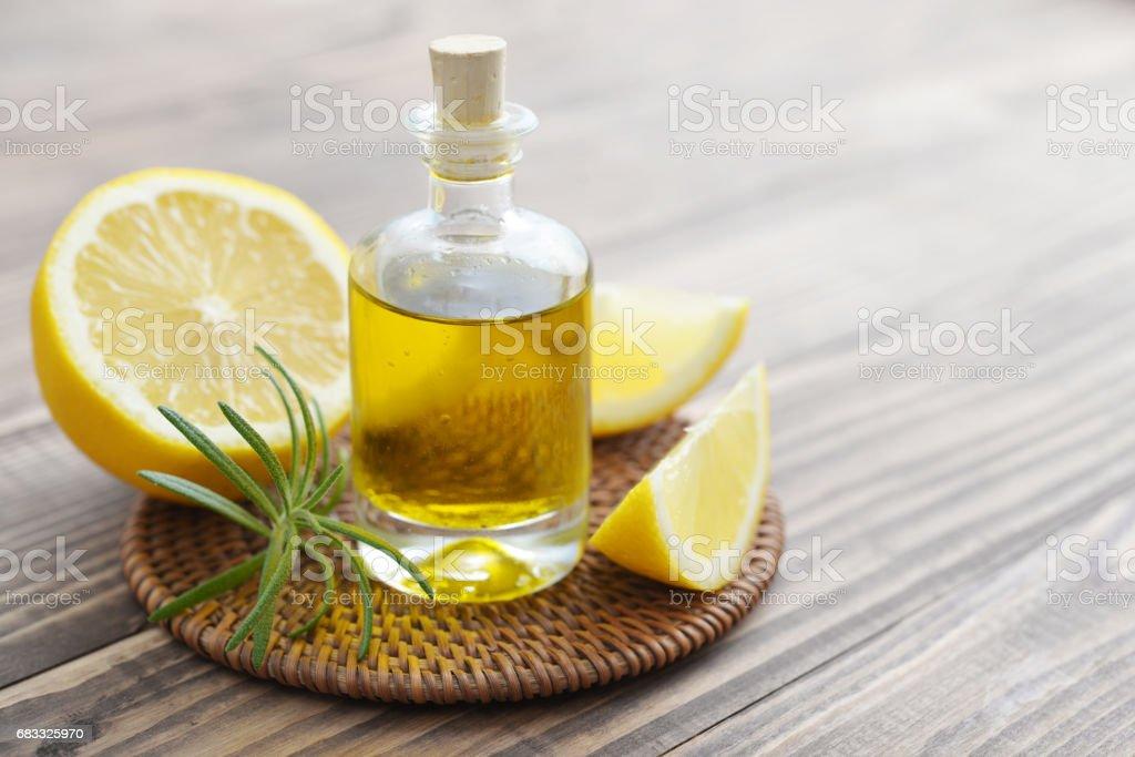 citroenolie in een glazen fles royalty free stockfoto