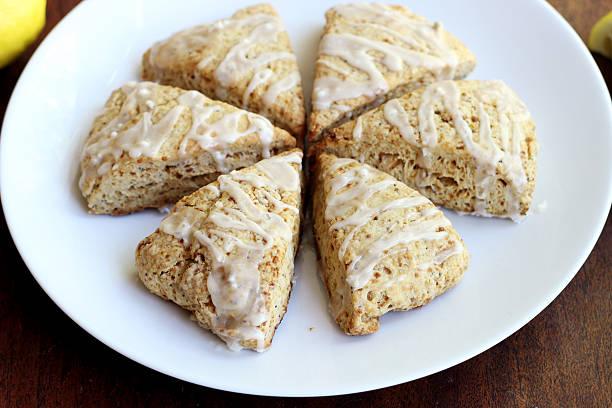 zitrone mohnsamen scones - scones backen stock-fotos und bilder