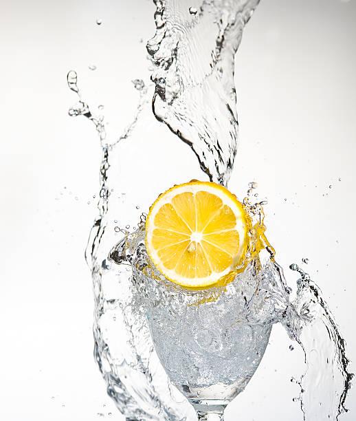 Limón con pulverización de agua. Creativ salpicaduras - foto de stock