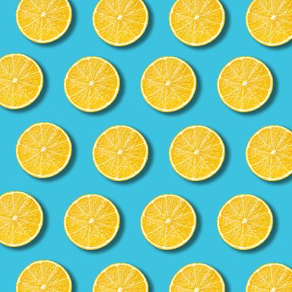 Lemon Slices Pattern On Vibrant Turquoise Color Background - Fotografie stock e altre immagini di Agrume