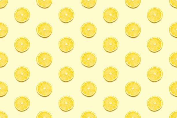 plasterki cytryny bez szwu wzór na pastelowym żółtym tle minimalna koncepcja lato. - cytryna zdjęcia i obrazy z banku zdjęć