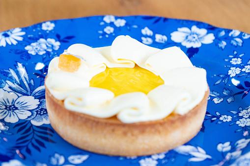 Lemon Tart Popular Dessert In Cafe - zdjęcia stockowe i więcej obrazów Chrupiący