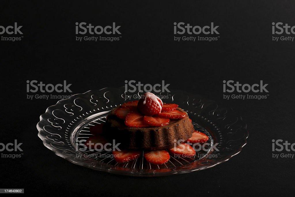 Lemon Vanilla Sponge Cake with Strawberries on Glass plate foto