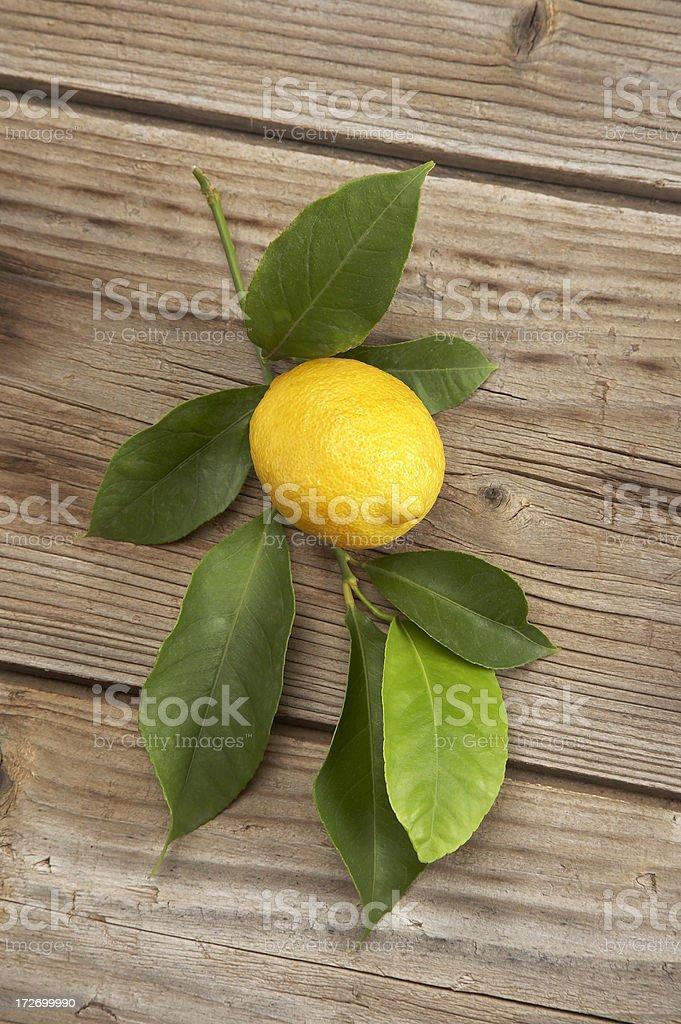 Zitrone auf hölzernen Hintergrund mit Blätter Lizenzfreies stock-foto