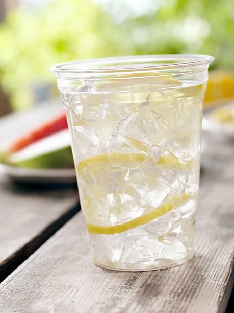 limonade in ein picknick - picknick tisch kühler stock-fotos und bilder