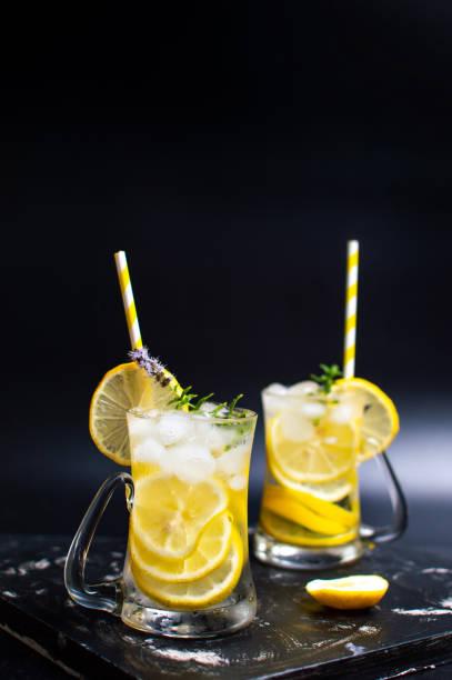 cocktail mit rosmarin in glas limonade - ingwerwasser zubereiten stock-fotos und bilder