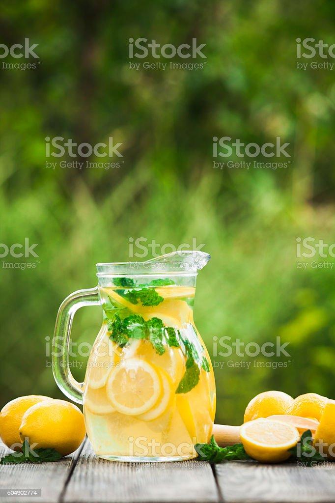 Limonade in den Krug – Foto