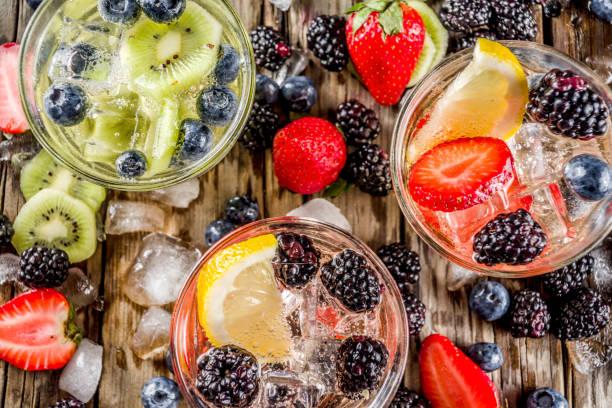 Limonade, mit frischen Beeren begossen – Foto
