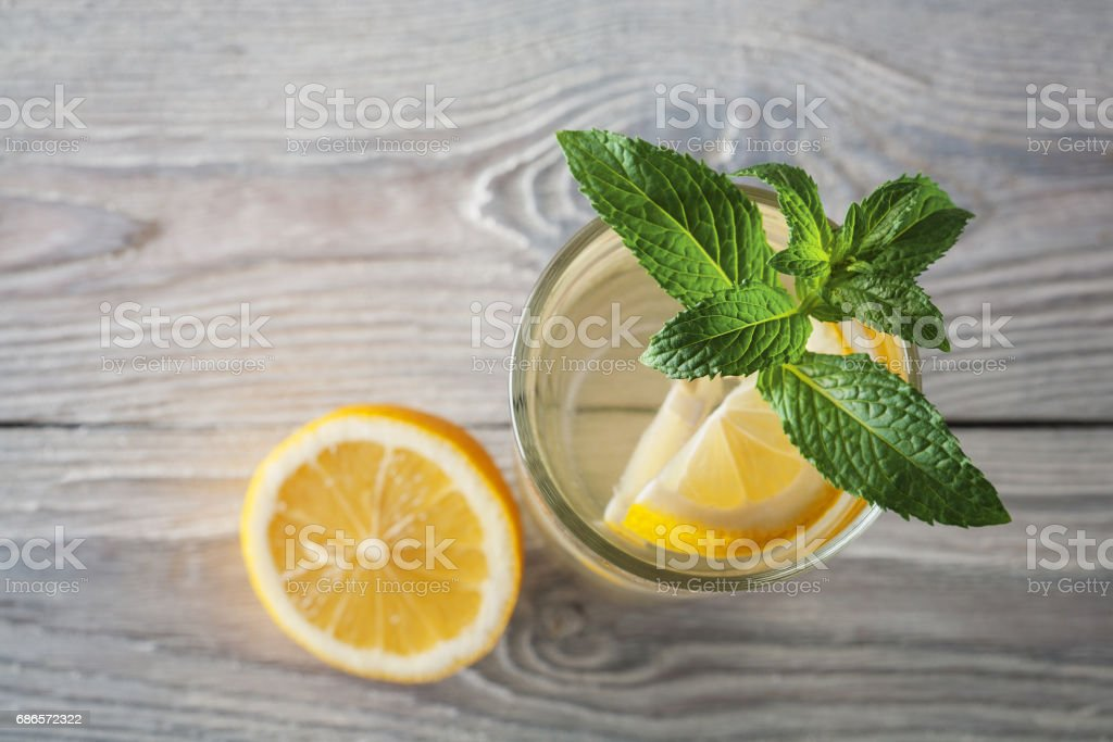 Lemonade of fresh mint and lemon on a wooden background foto stock royalty-free