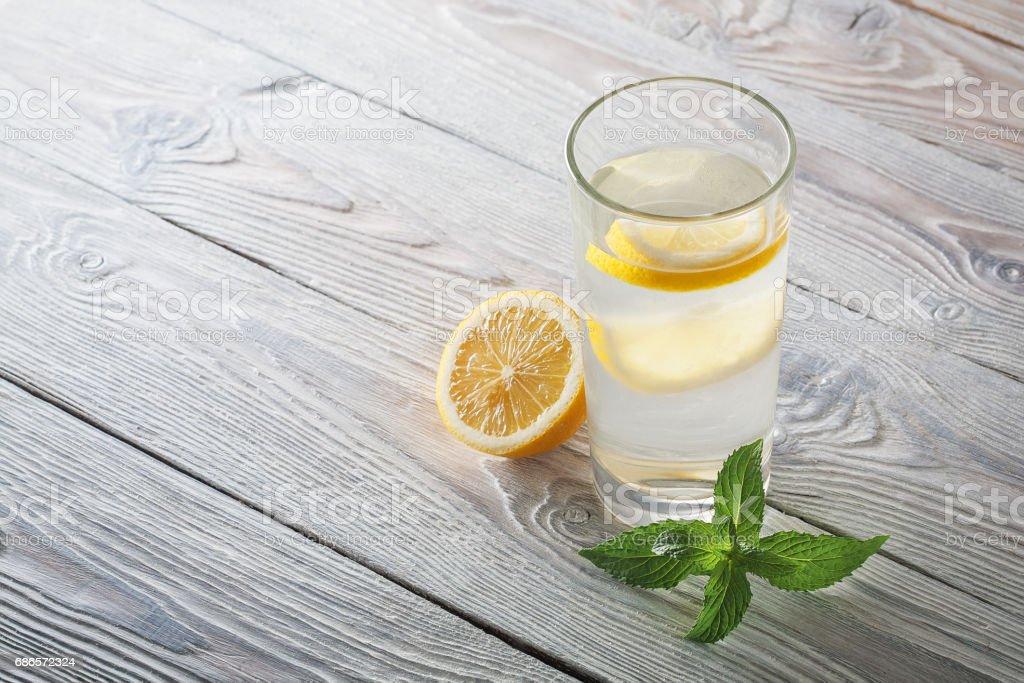 Limonada de hierbabuena y limón sobre un fondo de madera foto de stock libre de derechos