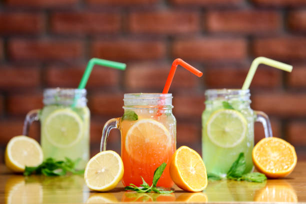 limonade - picknick tisch kühler stock-fotos und bilder