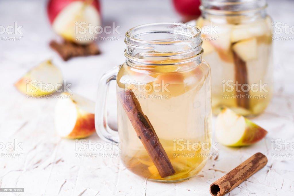 Limonade mit Apfel, Ingwer und Zimt Lizenzfreies stock-foto