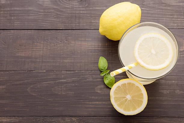 레모네이드 신선한 슬라이스 레몬색 on 목재 배경 - 레모네이드 뉴스 사진 이미지