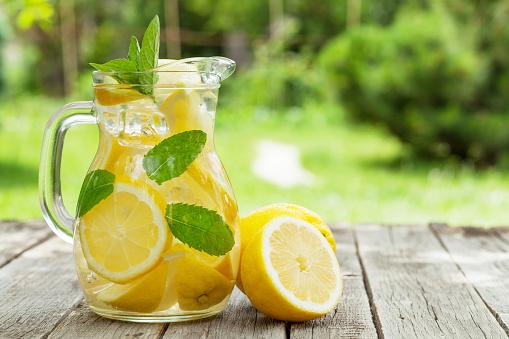 Lemonade With Lemon Mint And Ice Stockfoto und mehr Bilder von Brause-Limonade