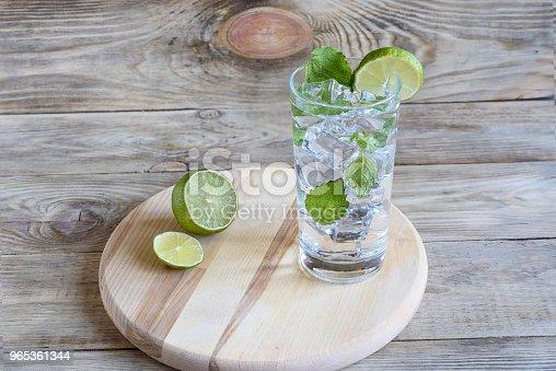 Lemonade With Mint Leaves And A Slice Of Lime - Stockowe zdjęcia i więcej obrazów Bez ludzi