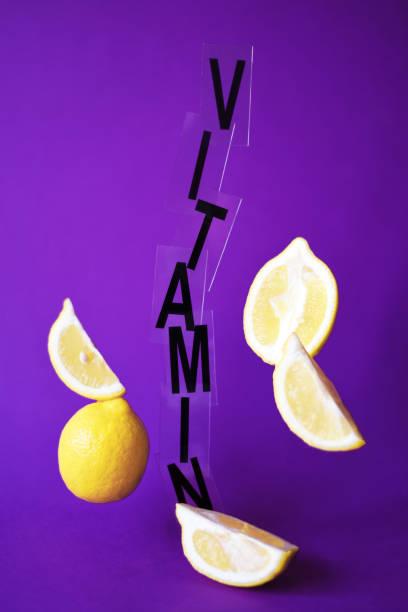 zitronen schweben in der luft auf einem lila hintergrund. - immunsystem stärken stock-fotos und bilder