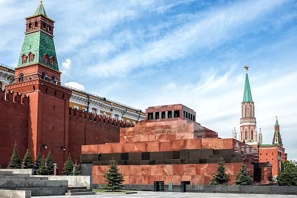 lenin mausoleum, red square, moscow, russia - mausoleum stockfoto's en -beelden