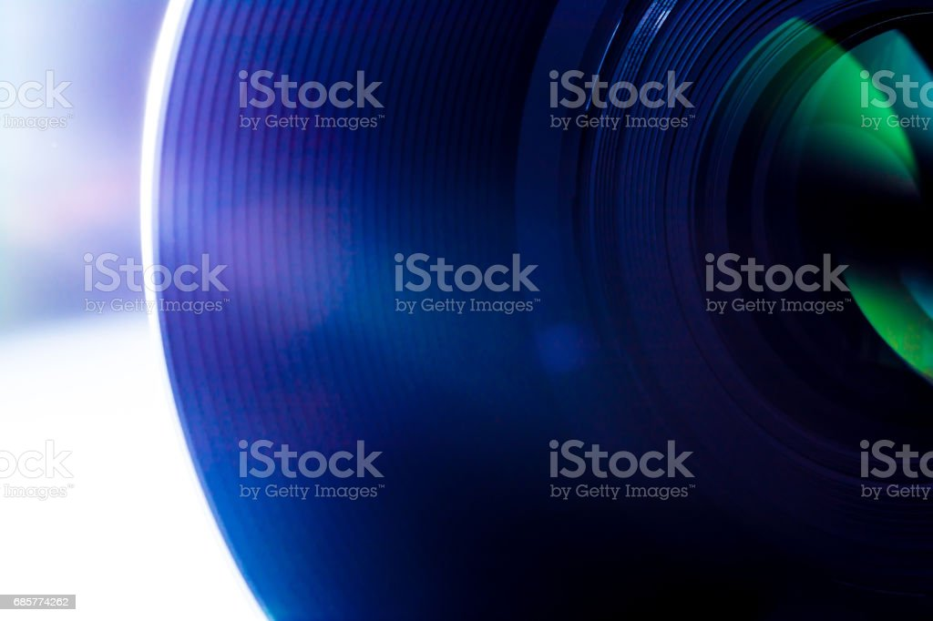 Lentille d'une macro de gros plan de caméra SLR avec les rayons du soleil reflets des rayons du soleil photo libre de droits