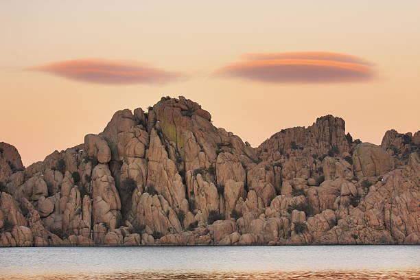 lenticulariswolke sonnenuntergang wildnis - lenticular stock-fotos und bilder