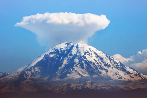 linsenförmige wolke über mt rainier, washington state, usa - lenticular stock-fotos und bilder