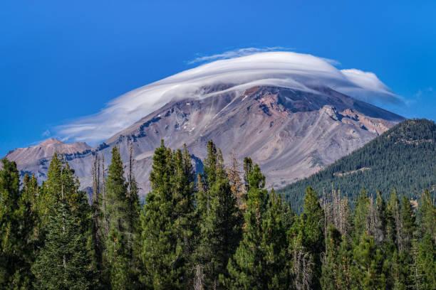 linsenförmige wolke über mt. shasta - lenticular stock-fotos und bilder