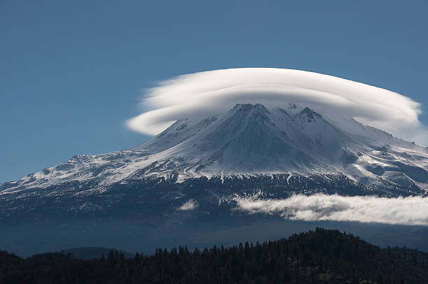 Lenticular Cloud Lenticular cloud over Mt Shasta in Mt Shasta, California. lenticular cloud stock pictures, royalty-free photos & images