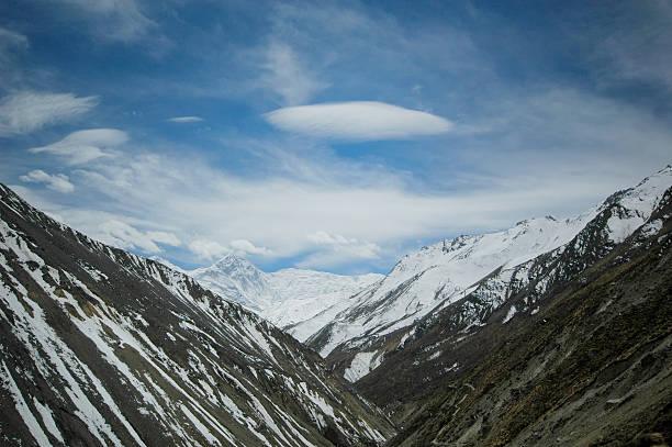 Lenticular clouds. lens-shaped cloud in the Himalaya Lenticular clouds in the Annapurna range, Nepal Himalayas lenticular cloud stock pictures, royalty-free photos & images