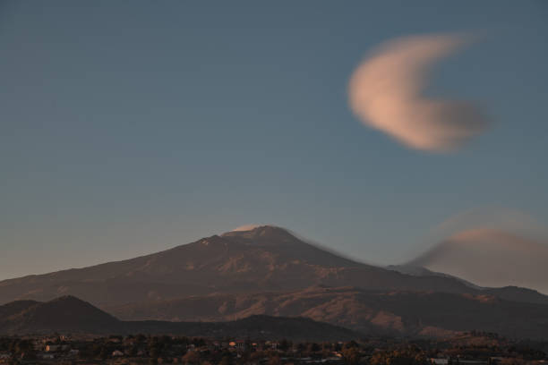 lenticular clouds on the volcano at sunset – zdjęcie