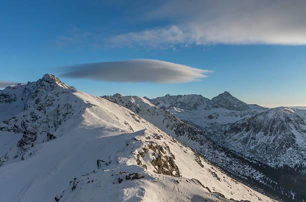 linsenförmigem wolken über hohe tatras im winter - lenticular stock-fotos und bilder