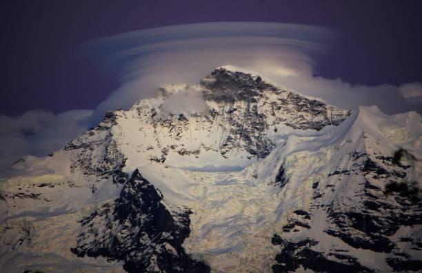 linsenförmige wolkenformationen über eiger, monch & jungfrau - berner oberland, schweiz - lenticular stock-fotos und bilder
